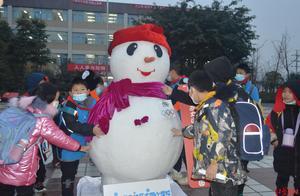 真·大雪人清晨现身成都13所校园!青白江昨晚下雪了?