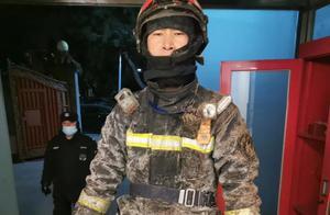 """暖!海淀消防员寒夜灭火个个成""""冰人"""",战友上手喂饺子"""
