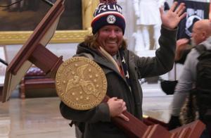 佩洛西讲话台被抗议者抱回家 网友出10万美元要买它
