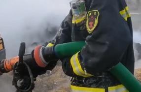 阜阳:消防员彻夜灭火 指尖和裤子上挂着冰棱