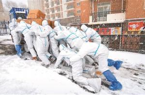 风雪中运送防疫物资