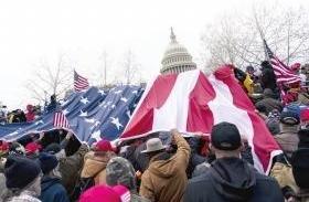 """谁攻陷了国会?美国会历史上第二次被""""攻陷""""退役女兵横跨美国抗议中弹身亡"""