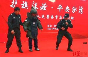 """体验""""拆弹专家""""!百名初中生进警营 穿上70斤重排爆服:太重了,真不易"""
