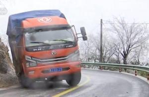 贵州三都:因凝冻司机被困山路 警方救援