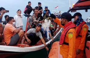 印尼客机坠毁 目击者:飞机像闪电一样掉进水里