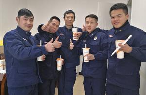 贵州 零下三度下井关水阀消防员收到暖心奶茶