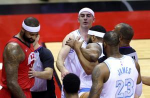 NBA   火湖大战爆发激烈冲突 考辛斯和莫里斯相继被驱逐