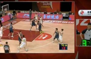 赵岩昊跳投落地踩到赵睿的脚 裁判通过回看升级后者垫脚违体