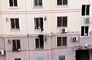 2岁幼童被卡防盗窗半身悬空,50岁退役军人徒手爬楼救人不甚坠落