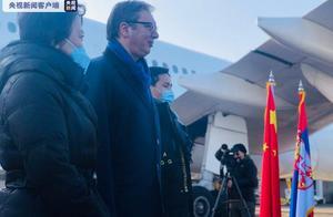 塞尔维亚总统武契奇在机场迎接中国疫苗抵达