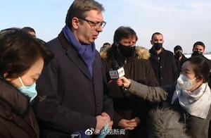 100万剂中国新冠疫苗来了!塞尔维亚总统武契奇寒风中迎接