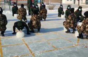 """武警官兵用冰制作25斤重象棋,网友:走""""车""""的战士可能最辛苦吧"""