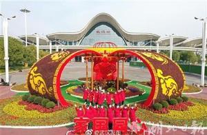 武汉火车站广场上,好大一个红灯笼!武汉街头年味正浓