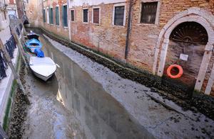 """意大利水城威尼斯遭遇罕见""""低潮"""",河道干涸、贡多拉船搁浅"""