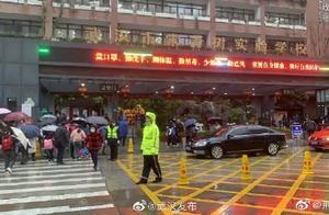 武汉中小学幼儿园今日开学 交通压力比往年大