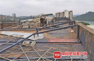 南宁一市场楼顶违法搭建,执法人员依法拆除