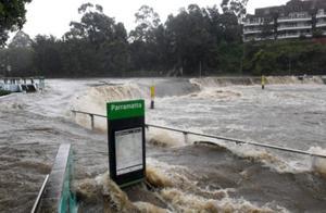 澳大利亚遇百年一遇洪水:整栋房屋被冲走 居民划皮艇出门