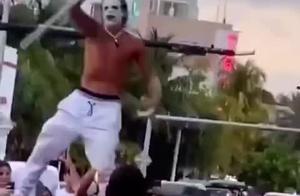 """游客涌入迈阿密市,还有人cos成小丑高喊:""""新冠疫情结束了!"""""""