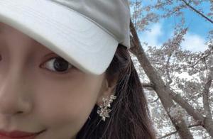 人比花美!angelababy晒樱花半脸自拍 皮肤白皙散发迷人魅力