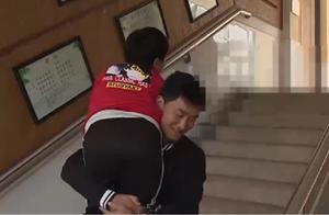 男孩患病无法直立行走,老师抱着他上体育课,这一抱就是两年