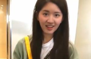"""赵露思商场被偶遇,粉丝要求手机加""""好友""""时,她一个举动太圈粉"""