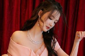 李沁身着粉色公主裙亮相,出逃剧组第一天心情大好