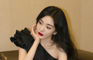 杨幂最新活动造型丨黑色露肩礼裙+细带高跟鞋,港风范儿十足