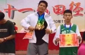 年轻人不讲武德!广东一体育生领奖台上亮出所有奖牌,挂满一脖子