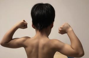 吴京谢楠6岁儿子吴所谓晒肌肉   网友:我的天