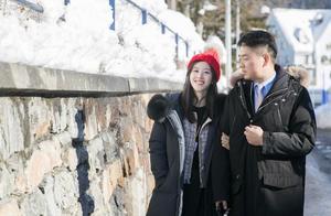 凭一杯奶茶走红,和刘强东在一块像父女,27岁章泽天庆生照好美
