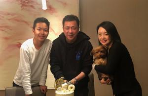 王中磊为儿子庆生,13岁王元也冒胡须和青春痘,五官和爸爸超像