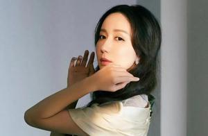 娄艺潇大片封面,优雅妩媚诠释女性魅力!