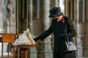 94岁英女王首次戴口罩亮相,献花无名烈士墓,全黑造型优雅依旧