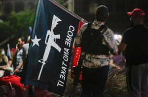 纽约爆示威吐警察口水24岁女遭强压在地 川粉在各州持枪抗议