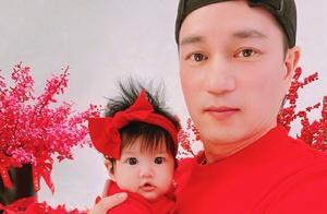 安以轩晒父女合照庆祝情人节,女儿正面照曝光,眼睛又大又漂亮