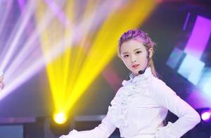 杨超越为啥能这么红?她唱歌跑调,跳舞不协调!却有着非凡的身世