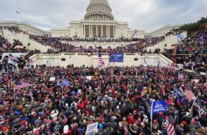 """美国史上最黑暗的一天!国会被特朗普粉丝攻占,这就是佩洛西期待的""""美丽风景线"""""""