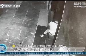 """""""缩骨功""""再现江湖?男子缩骨钻门缝盗窃,刑拘!【三分钟法治新闻全知道】"""