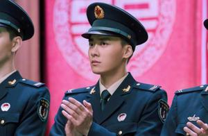 李易峰出席火箭军集体婚礼,随礼亲笔签名照彰显军人独特魅力