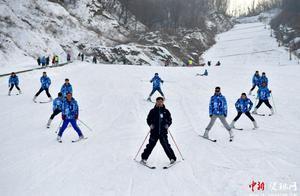 """大学生组团滑雪度周末 河南天龙池上演雪上""""速度与激情"""""""