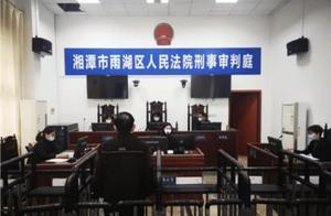 湖南76岁老人,两次抢夺方向盘被判刑,有期徒刑三年,缓刑四年