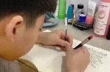熊孩子被老师罚抄50遍数学公式,双手写字惊呆妈妈,这娃不简单