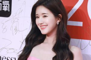 赵露思如今也晋升性感女明星了?粉色抹胸裙换上,白皙肌肤好撩人