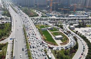 """假期最后一天西安各公园人气火爆道路拥堵, """"三河一山""""绿道开通后会缓解?"""