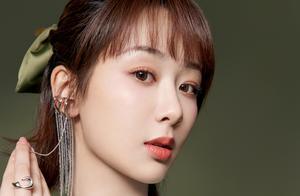 杨紫解锁新代言甜美亮相品牌发布会