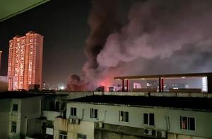 重大事件!江苏常州发生惨烈事故,多家店铺被烧,现场火光冲天