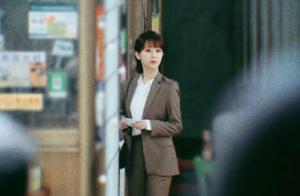 杨紫新戏路透曝光,一身职业装知性甜美,身材纤细减肥初见成效