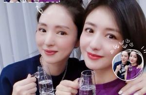 董璇佟丽娅聚会拎壶拼酒,两人宛如双胞胎姐妹花,网友直呼分不清