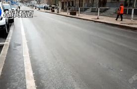 冬季洒水车致路面结冰,市民叫苦?城管局:洒水时间有严格规定!