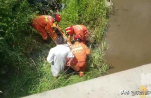 宝鸡一男子骑摩托不慎跌入河道 受伤严重无法动弹